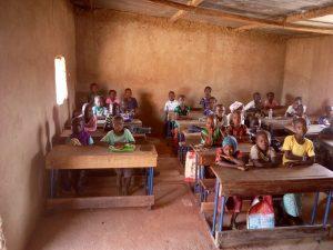 Die alten Klassenzimmer in Koro Sobala. Den Kids fällt wortwörtlich die Decke auf den Kopf.