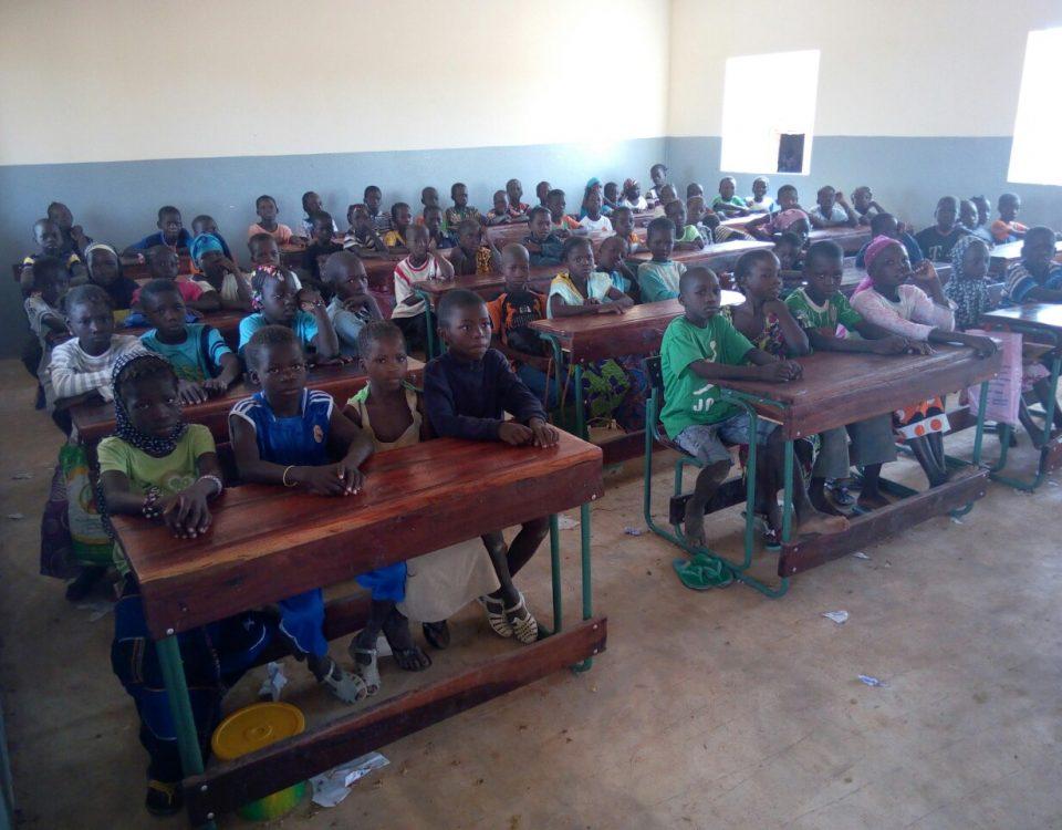 Die ersten Schüler in einem der neuen Klassenzimmer