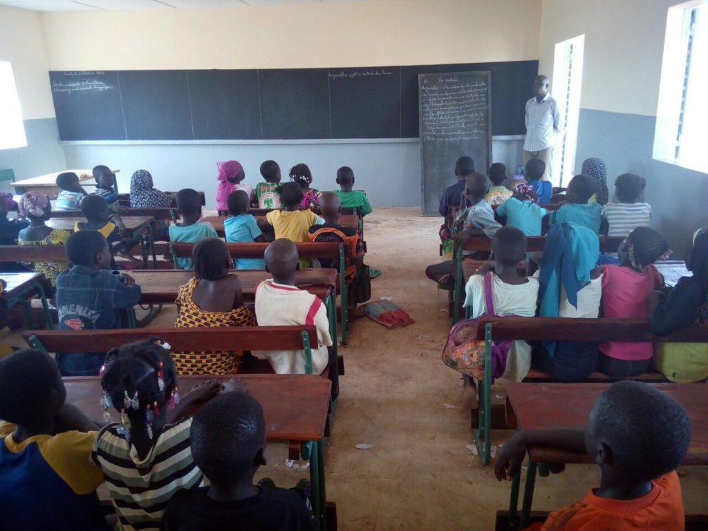 Die Klassenzimmer sind mit großen Tafeln ausgestattet
