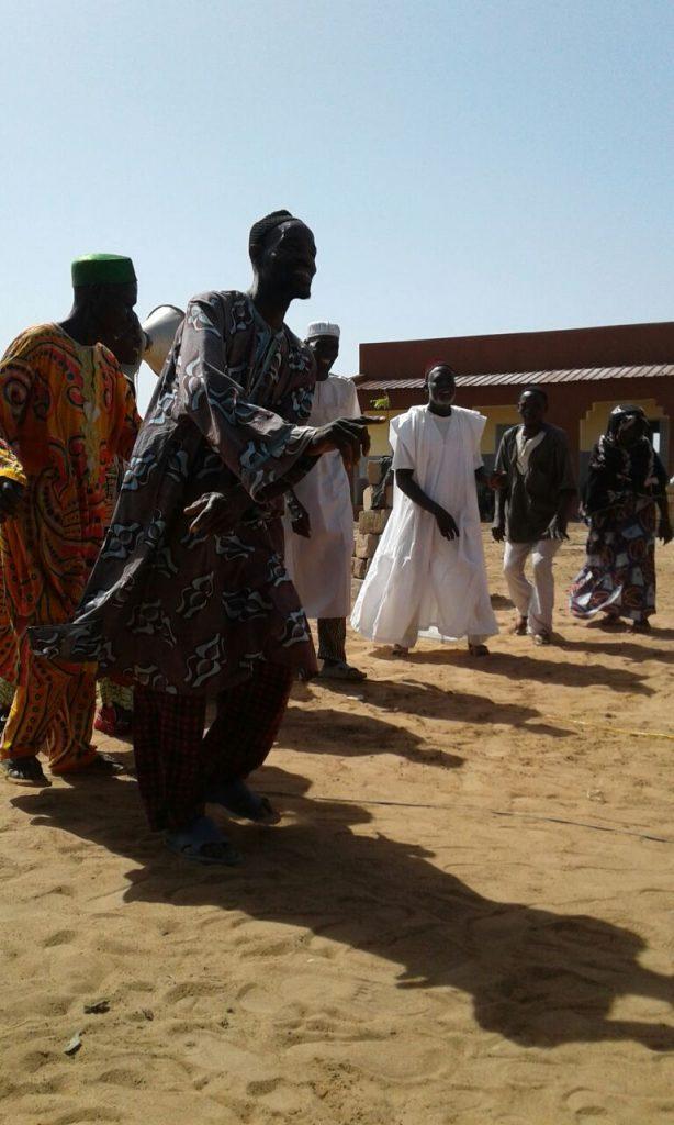 Tanz und Feierei zur Eröffnung der neuen Schule